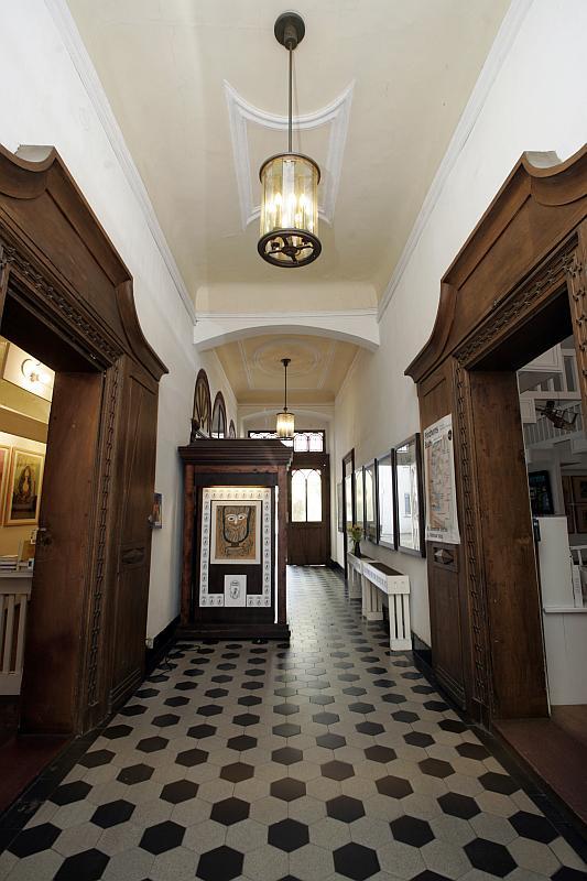 Langer Gang rechts und links ist eine hölzerne Tür im Gang steht ein Schrank
