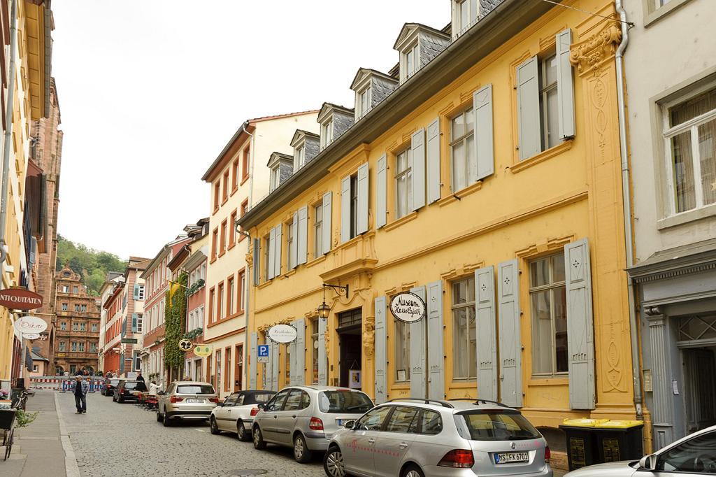 Straße mit Kopfsteinpflaster, im Zentrum steht das Haus Cajeth