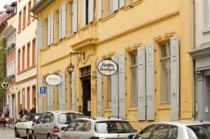 Museum Haus Cajeth, Ansicht von der Straße aus, davor stehen geparkte Autos