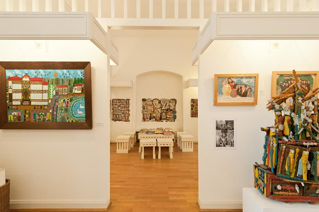 Blick in den Raum, an den Wänden Gemälde
