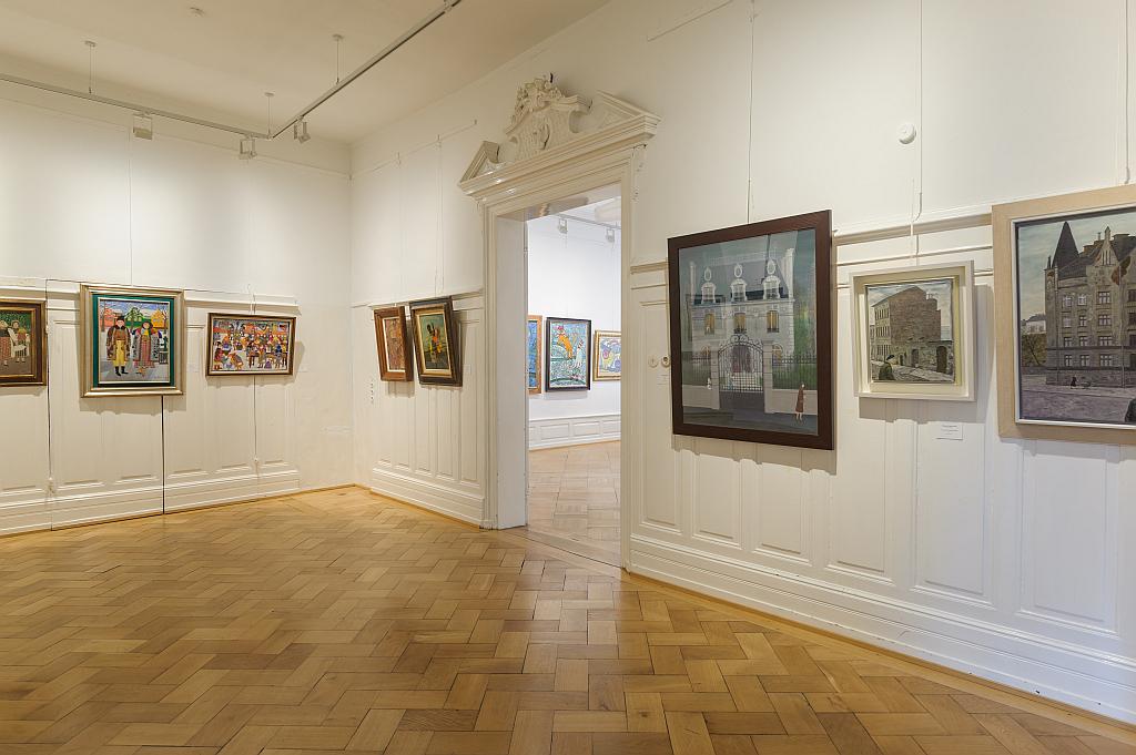 Blick in den Ausstellungsraum - einige Gemälde hängen an den Wänden
