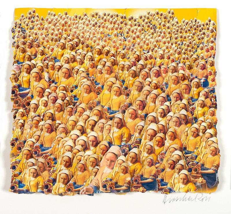 Bild ge3lblich orange gehalten. Viele Mädchen mit Kopftuch.