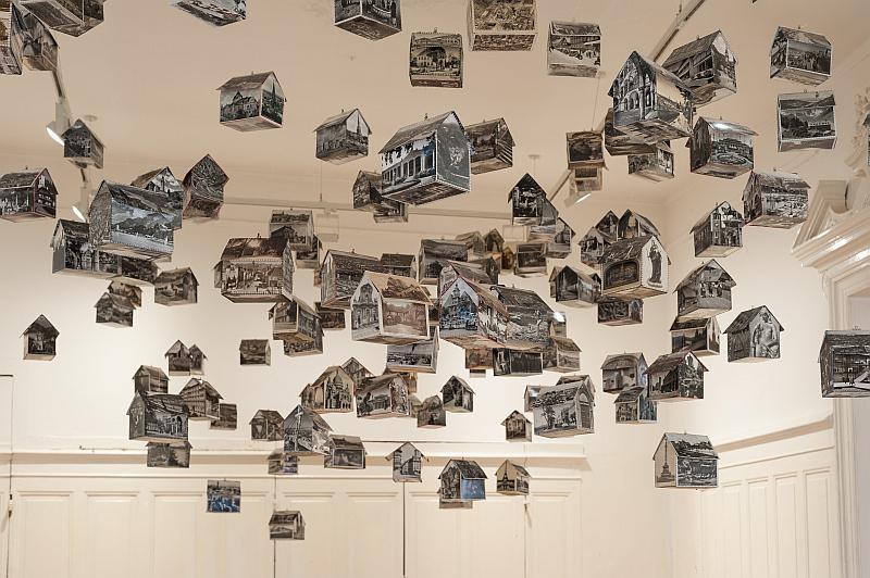 Häuser hängen wie ein Mobile an der Decke.