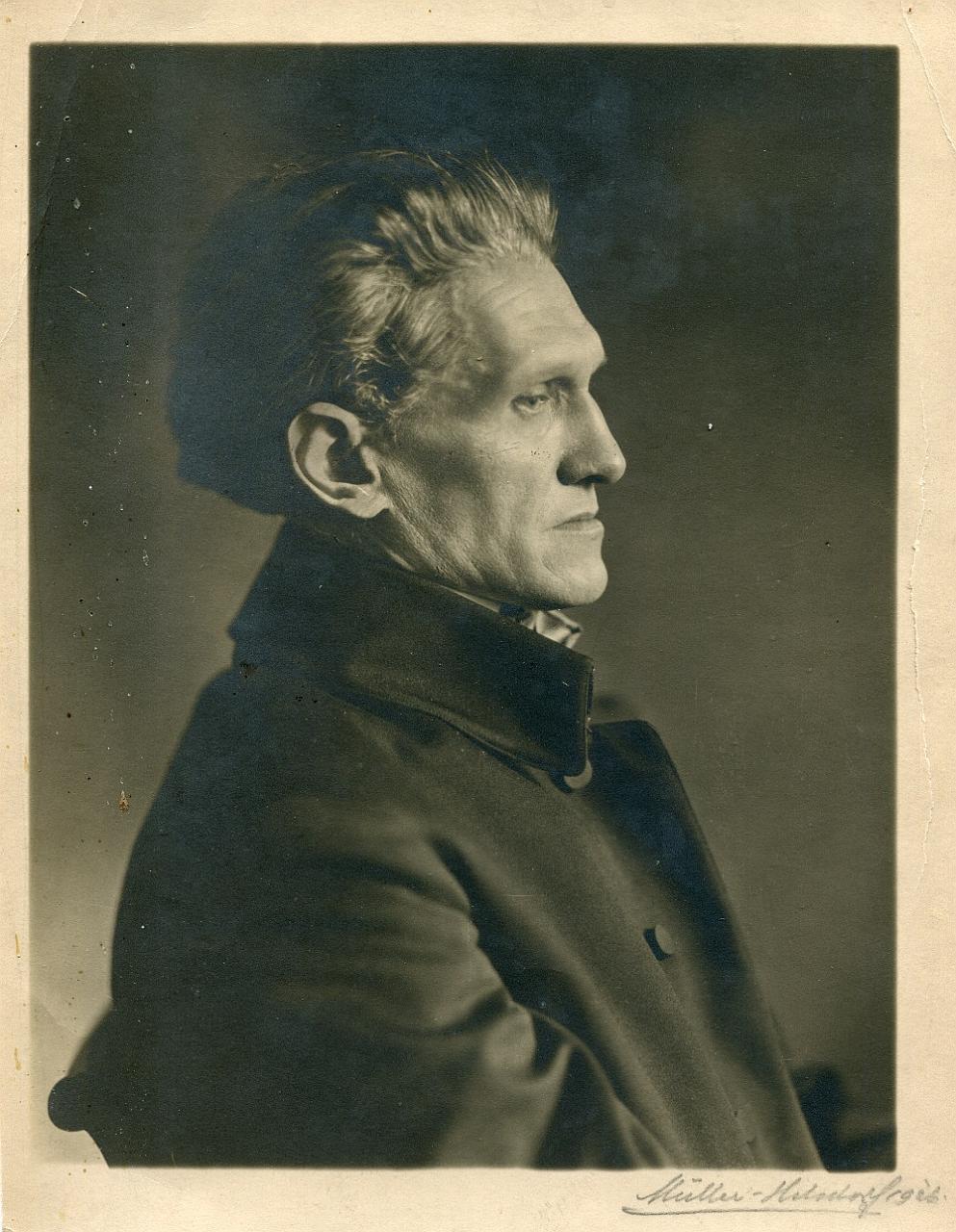 Portraitaufnahme des Dichters Stefan George, seitlich